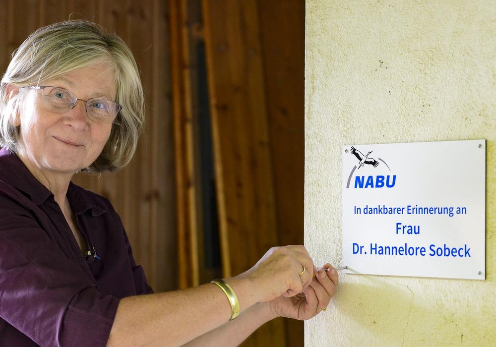 Cornelia Schilling, erste Vorsitzende, beim Anbringen der Erinnerungstafel für Dr. Hannelore Sobeck.
