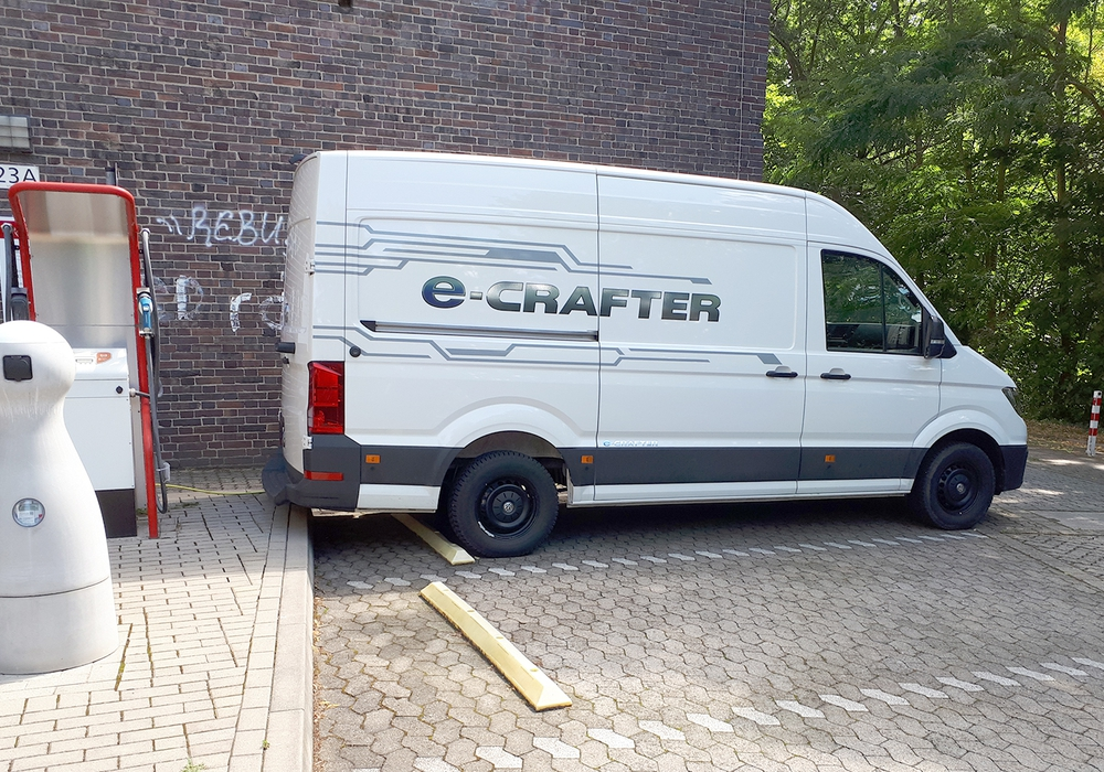 Ein Nutzfahrzeug vom Typ VW e-crafter, das mit induktiver Ladetechnik ausgestattet wird.