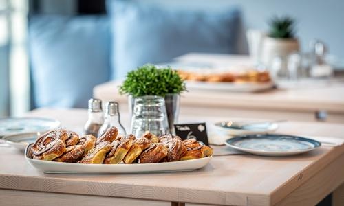 Viel Licht und Leckeres für den Gaumen – das barrierefreie Café Zimtschnecke lockt mit skandinavischen Urlaubsgefühlen.