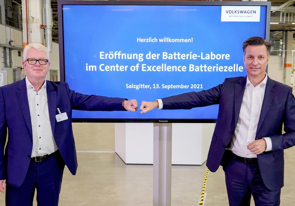 Thomas Schmall, Konzernvorstand Technik (re.), und Frank Blome, Leiter des Geschäftsbereichs Batteriezelle und Batteriesystem eröffnen die neuen Batterie-Labore im Center of Excellence Salzgitter.