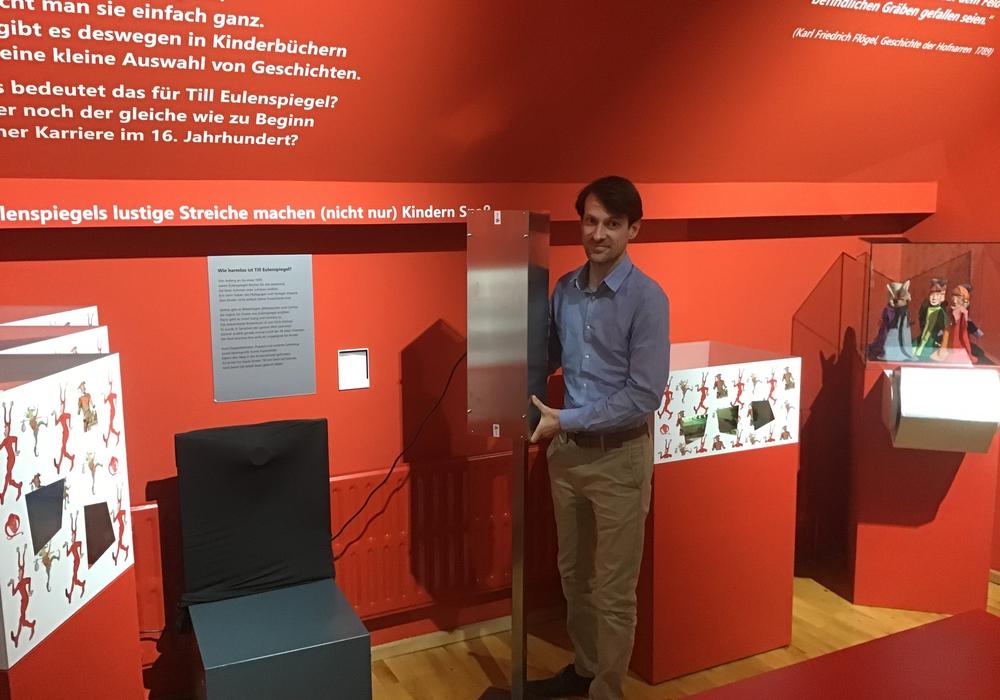 Museumsmitarbeiter Benedikt Einert stellt vor den Führungen noch Luftreinigungsgeräte auf.