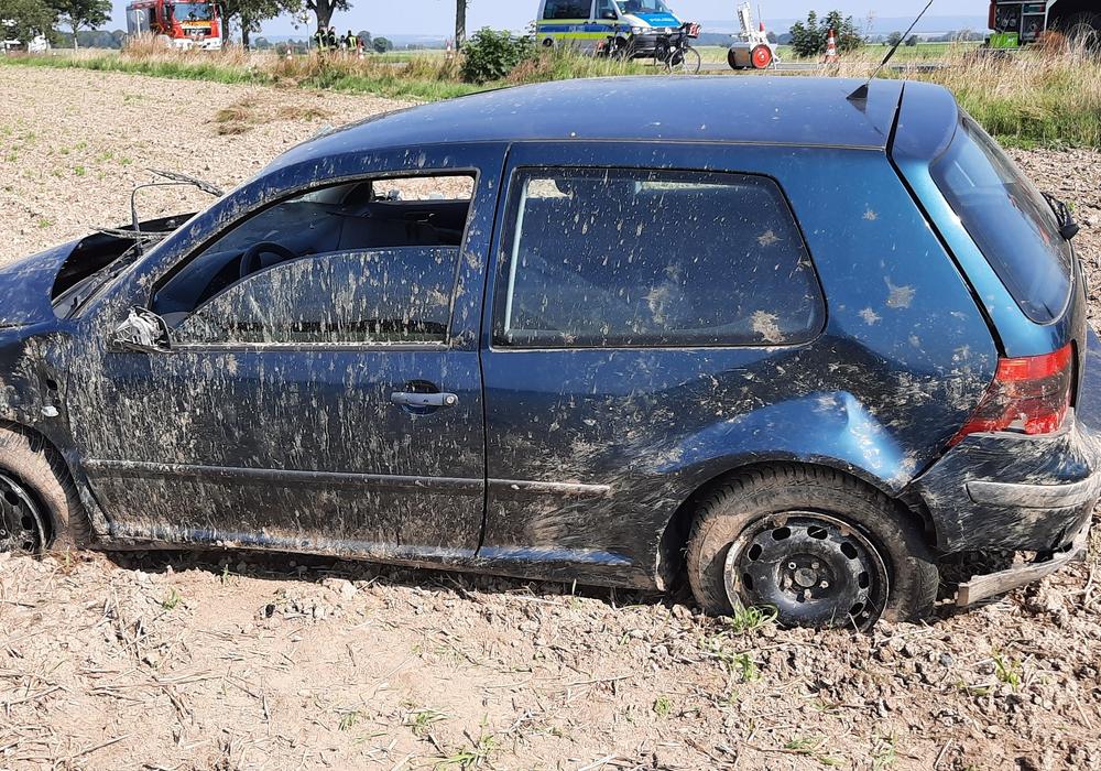 Nach dem Überschlag kam das Auto auf den Rädern zum Stehen.