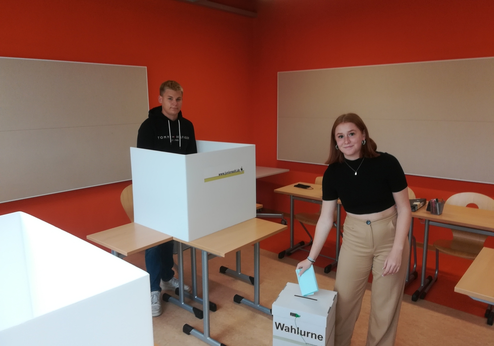 Bennet Köstler und Lena Glade aus der 11. Klasse der IGS Wallstraße im Wahllokal.