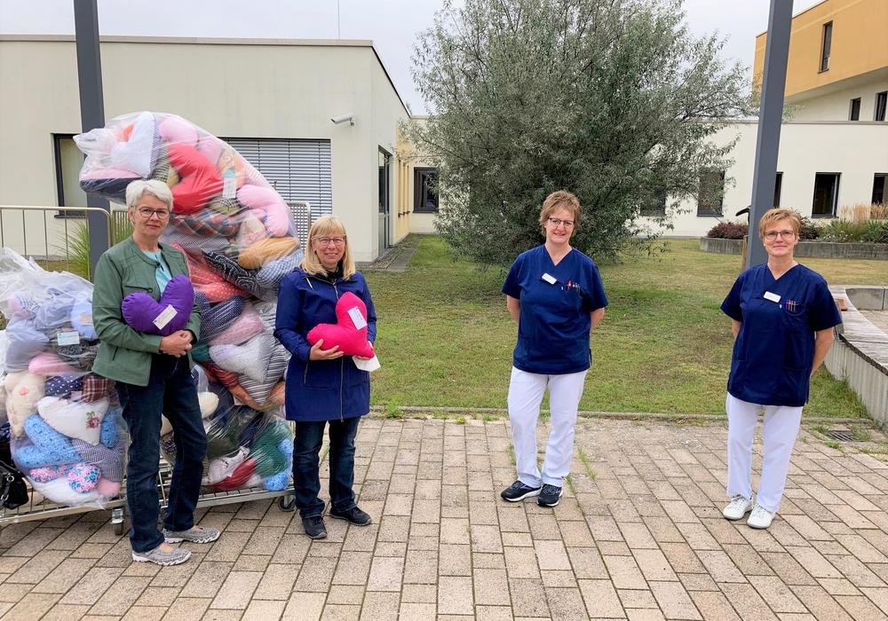 Die Vorstandsvorsitzenden der Landfrauen Birgit Evers und Marion Schuckart übergeben den beiden Onko und Breast  Care Nurses 155 selbstgenähte Herzkissen.