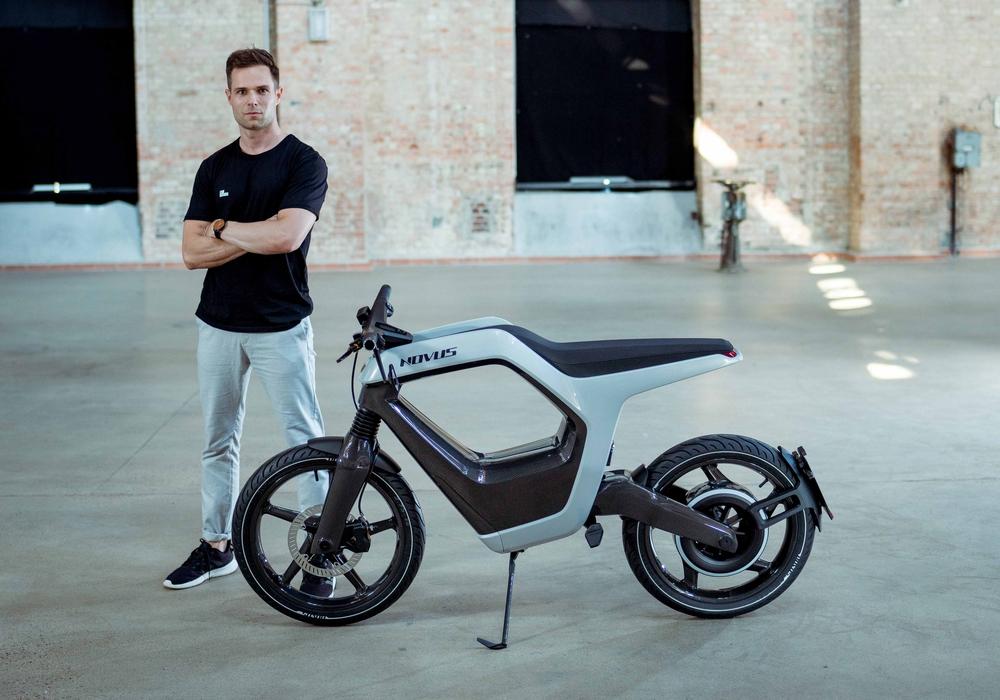 """René Renger, Gründer der Novus GmbH aus Braunschweig, wirbt in der TV-Show """"Die Höhle der Löwen"""" um ein Investment in sein Elektro-Motorrad.     Foto: Nuri Seker"""