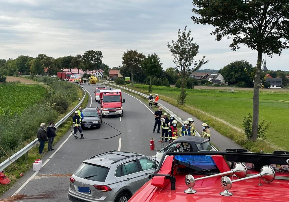 Die zwei Autos stießen aus ungeklärten Gründen frontal zusammen. Im Hintergrund der Rettungshubschrauber.