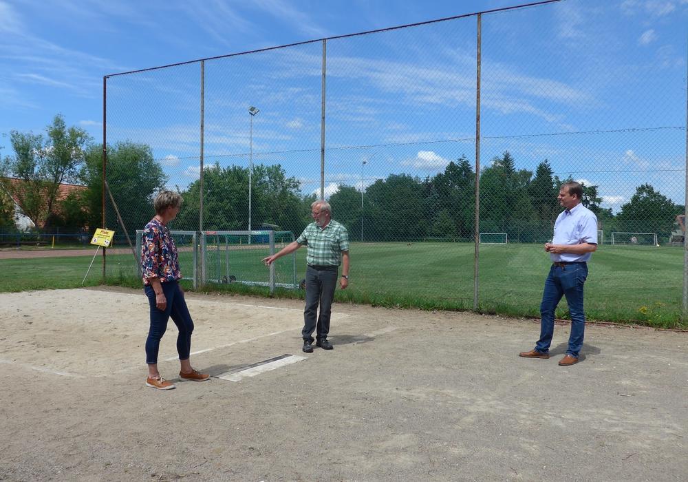 Astrid Schwarz (2. Vorsitzende TSV Destedt), Dieter Kalus (Vorsitzender TSV Destedt) und Bürgermeister Detlef Kaatz beim Besichtigen der Leichtathletikanlage
