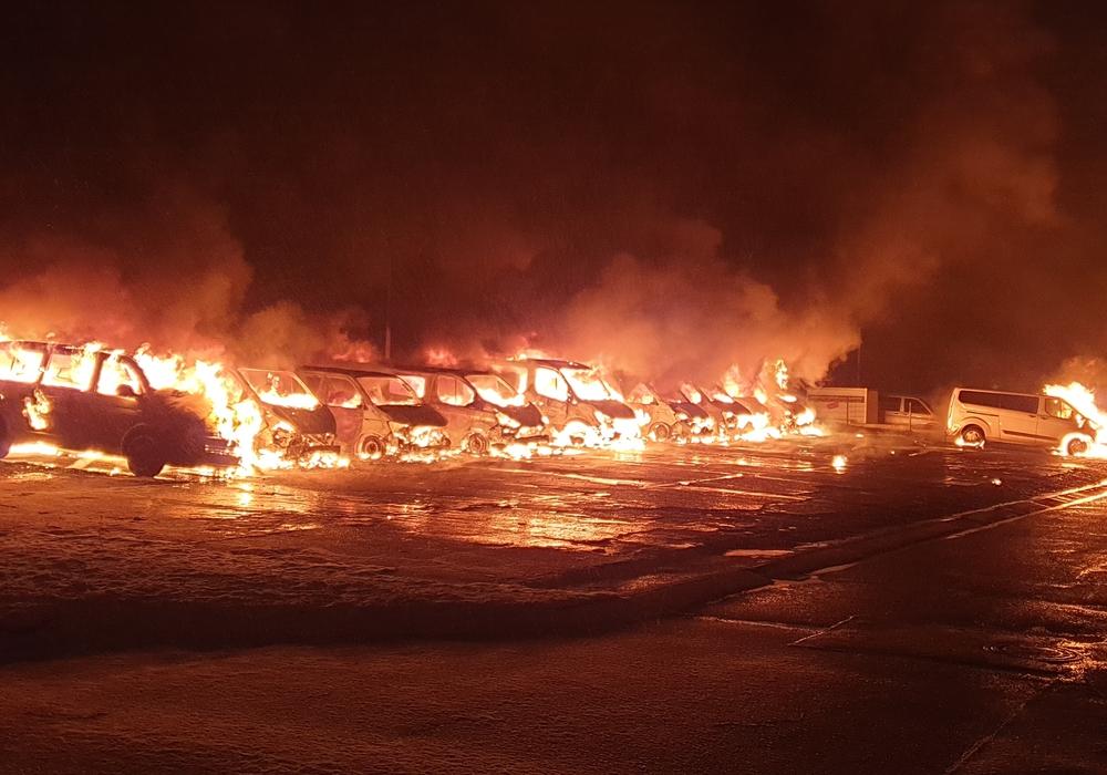 Zehn Dienstfahrzeuge und ein Anhänger brannten in der LAB Niederlassung Braunschweig.