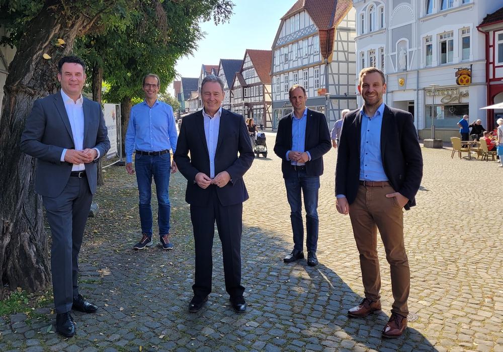 (v.l.) Bürgermeister Matthias Nerlich, Udo von Ey (City Gemeinschaft Gifhorn), Thomas Fast (Volksbank BraWo), Martin Ohlendorf (WiSta) und Christoph Treichel (Sparkasse Celle-Gifhorn-Wolfsburg) in der Gifhorner Innenstadt.