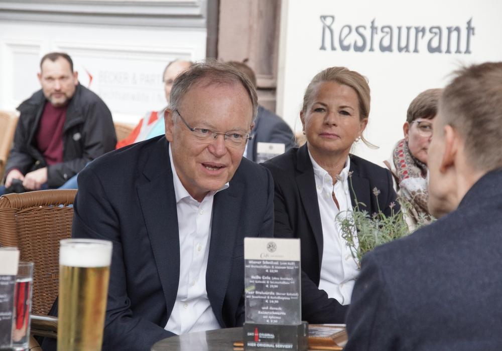 Ministerpräsident Stephan Weil, rechts Oberbürgermeisterkandidatin Urte Schwerdtner im Dialog mit Kay Brummer, Architekt aus Goslar.