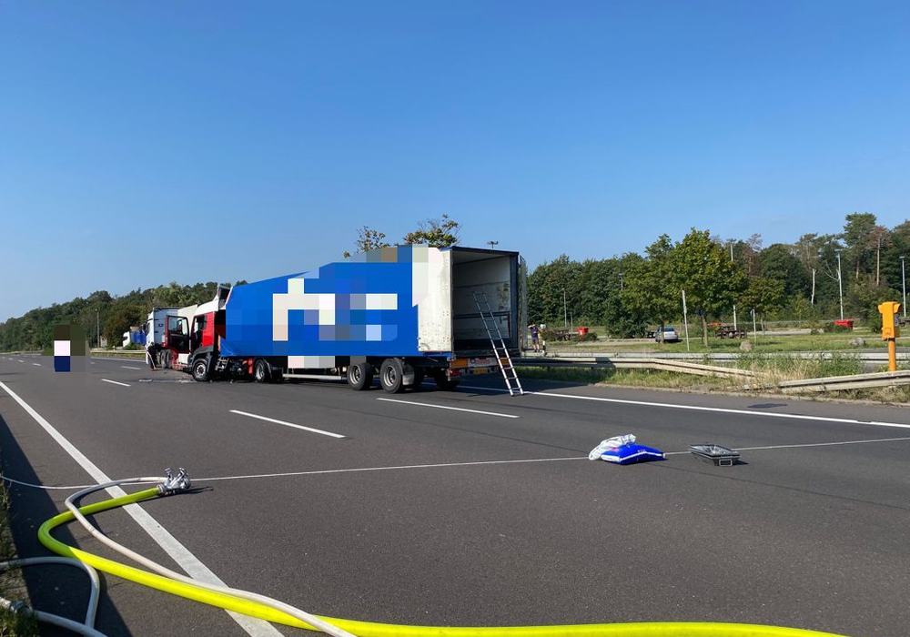 Auf der A2 sind zwei LKW aufeinander gefahren. Die Strecke ist derzeit gesperrt.