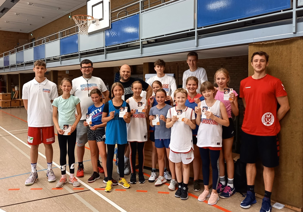 Zum Start am Samstag erspielen die Basketball-Minis das silberne Spielabzeichen. Die Youngsters der Herzöge unterstützen dabei und treten am Abend und Sonntag mit ihrem Team zum Testspiel an.