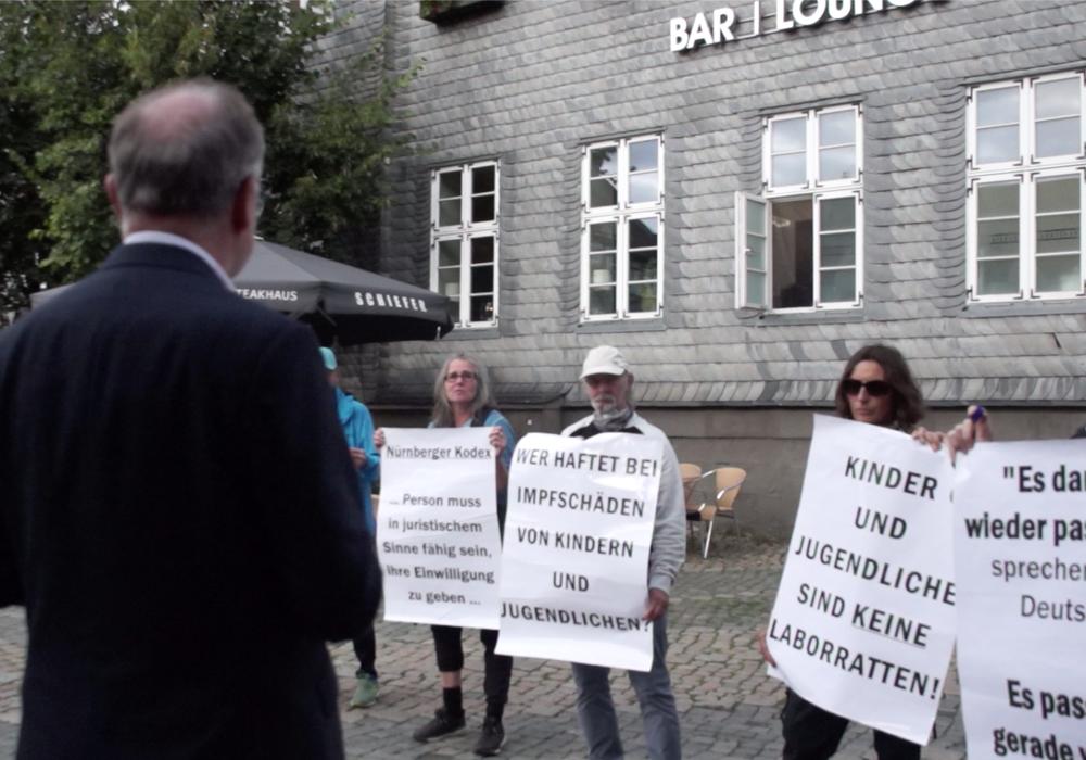Ministerpräsident Stephan Weil versucht am Rande einer Wahlkampfveranstaltung in Goslar mit Impfgegnern ins Gespräch zu kommen - vergeblich.