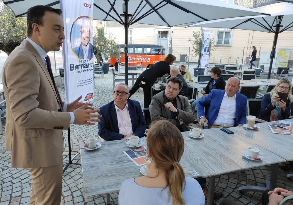 Paul Ziemiak, Generalsekretär der CDU, sprach vor einer kleinen Runde in Wolfenbüttel.