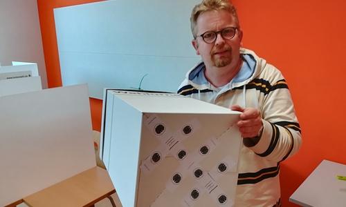 Lehrer und Fachbereichsleiter Jochen Lehnert mit der versiegelten Wahlurne.