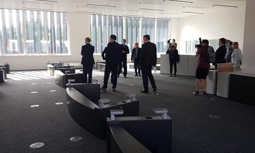 Die Gäste durften schon einen erste Blick in das neue Lagezentrum werfen.
