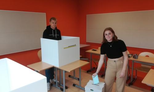 Bennet Köstler und Lena Glade aus der 11. Klasse der IGS Wallstraße Wolfenbüttel im Wahllokal.