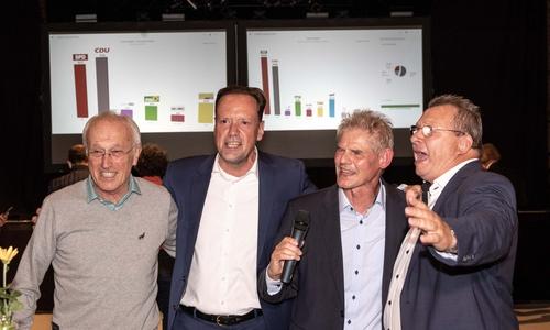 Rainer Dworog, Dirk Töpfer, Frank Klingebiel und Wolfram Skorczyk feiern den Wahlsieg des Amtsinhabers.