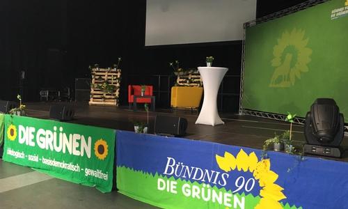 Bei den Grünen laufen im Westand am Westbahnhof noch die Vorbereitungen auf den heutigen Wahlabend. Die Ökopartei unterstützt die parteilose Kandidatin Tatjana Schneider.