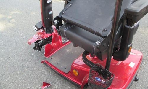Der Elektro-Roller der Seniorin wurde stark beschädigt.