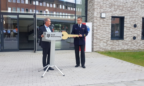 Oberbürgermeister Ulrich Markurth übergab den symbolischen Schlüssel an Torge Malchau.