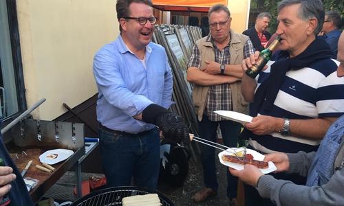 Carsten Müller sorgt mit Bier und Bratwurst für das leibliche Wohl beim CDU Wahlabend.