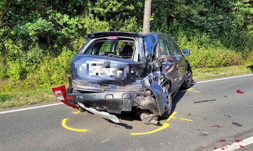 Mindestens ein Fahrzeug wurde erheblich beschädigt.