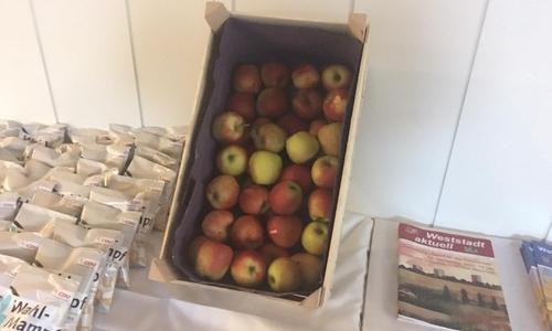 Während bei der FDP in Wolfenbüttel Hamburger serviert werden, gibt es bei der CDU in Braunschweig gesunde Äpfel.