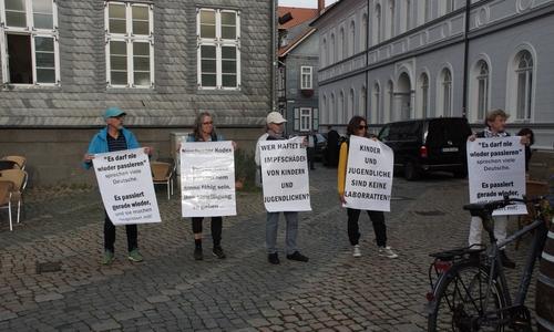 Die Demonstrierenden sprechen sich gegen Impfungen von Kindern und Jugendlichen aus, ein Gespräch mit dem Ministerpräsidenten lehnten sie jedoch ab.
