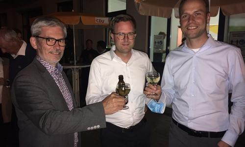 Die drei Kandidaten Stefan Brix (Grüne), Dr. Adrian Haack (CDU) und Dennis Berger (SPD) bei der Wahlparty der CDU.